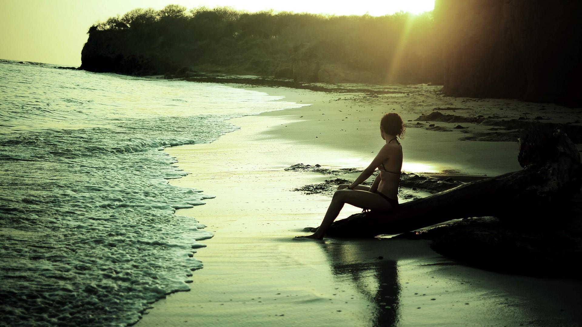 Фото одинокие девушка на берегу